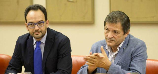 Antonio Hernando y Javier Fernández pretenden frenar lo que sería la indisciplina más clamorosa en los últimos años del Congreso de los Diputados
