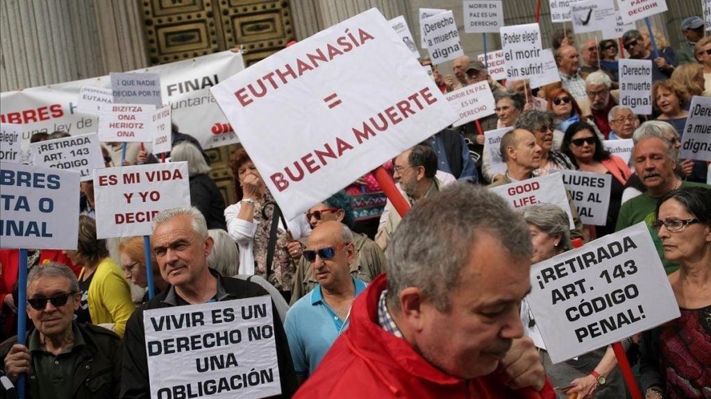 Concentración a favor de la eutanasia en el Congreso de los Diputados / JOSÉ LUIS ROCA