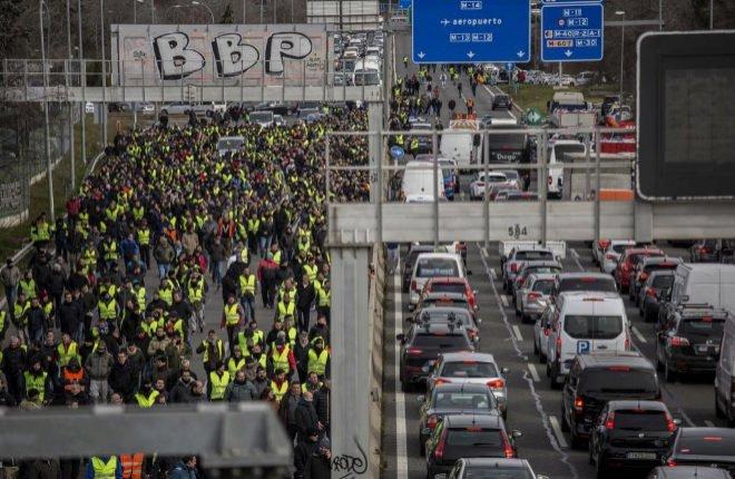 Los taxistas cortan en la huelga la carretera próxima al aeropuerto en Madrid / Olmo Calvo / MUNDO
